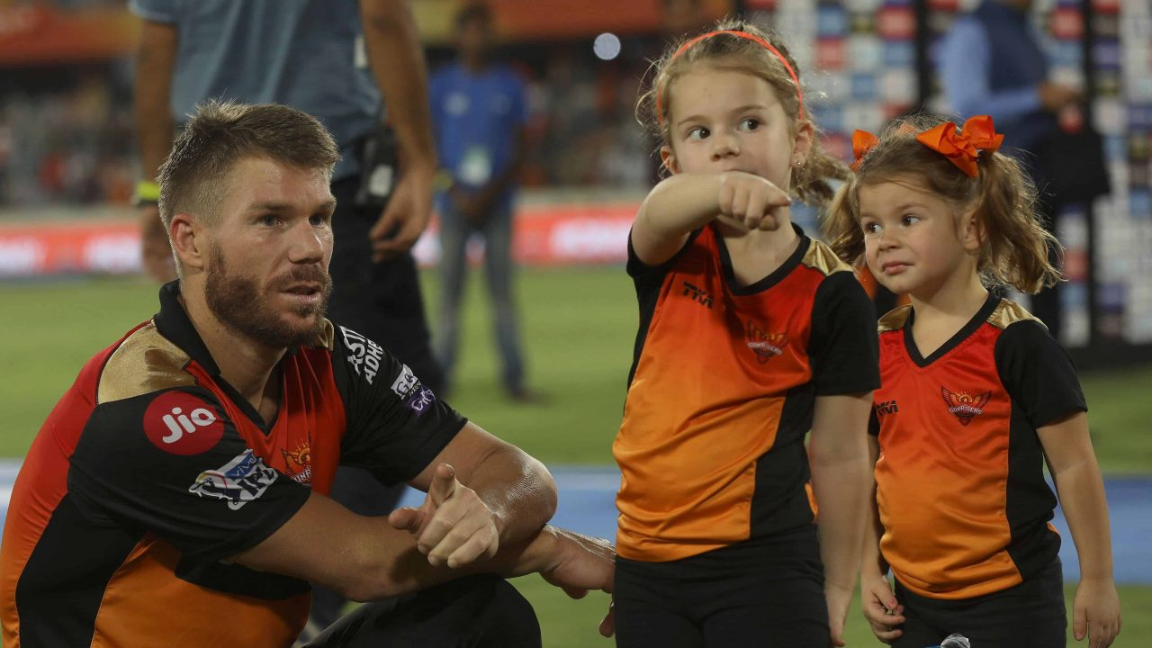 IPL 2020: Good Luck and Trying to Score 100, David Warner's Daughters Wish Him Before the Match